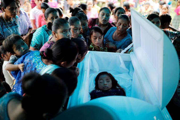 Familie en vrienden verzamelen zich rond de doodskist van Jakelin Caal op 25 december 2018 in Guatemala.