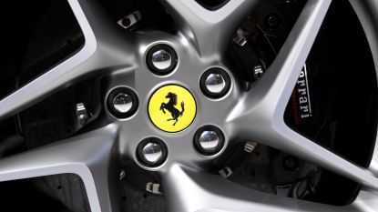 Straf beeld: Ferrari maakt ritje op Grote Markt in Leuven