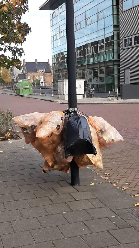 Burgers kunnen hun zakken met plastic afval in Roosendaal op de dag van de inzameling aan kroonringen hangen.