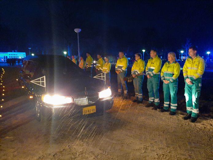 Een erehaag van ambulance-medewerkers voor de overleden Robert van Dijk.