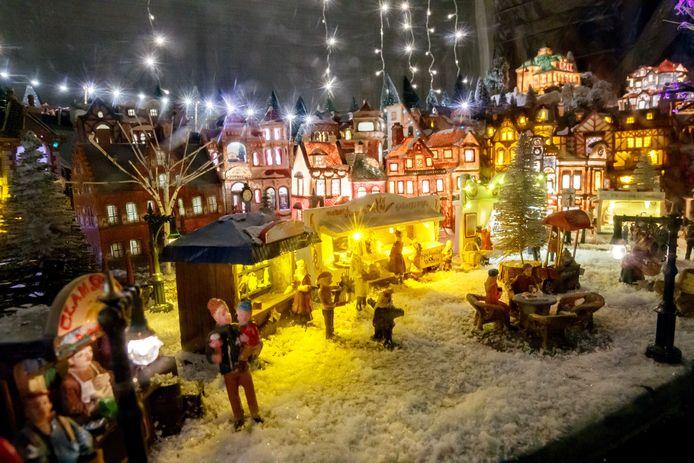 Etalages in Kludnert zijn versierd met mooie kerstdecors. Zoals dit dorpje, gemaakt door o.a. René van Vlimmeren, Christel en Jeff van Alphen.