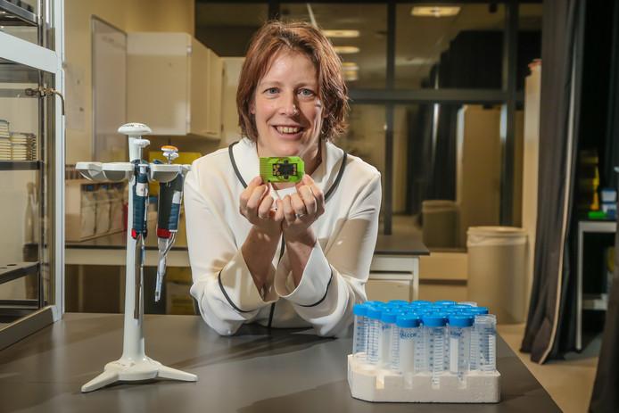 """Liesbet Lagae met de veelbelovende chip. """"We weten 100% zeker dat hij werkt."""" Foto: Pieter-Jan Vanstockstraeten / Photonews"""