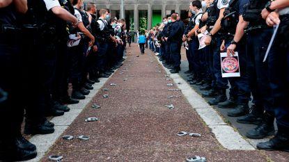 Franse politieagenten gooien hun handboeien op de grond uit protest tegen minister van Binnenlandse Zaken