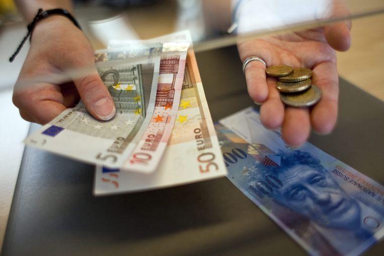 Een vrouw ruilt euro's voor Zwitserse franken (archieffoto) Beeld epa