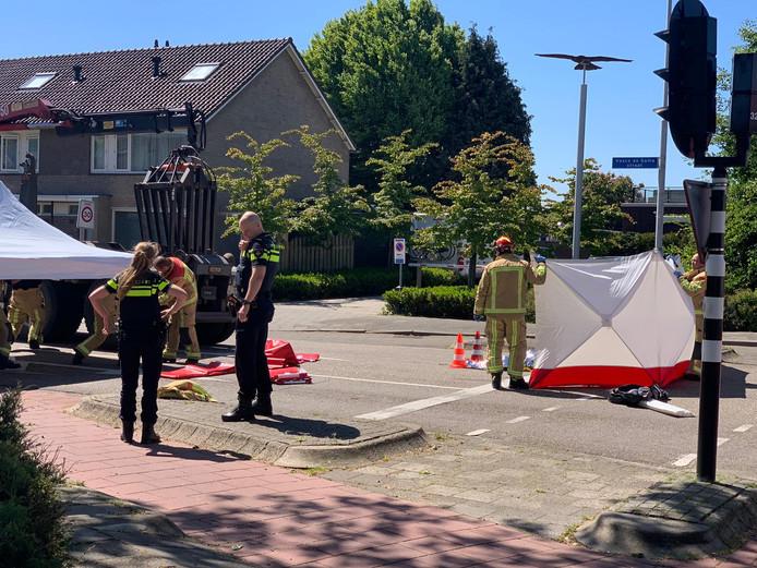 De fietsster kwam op de Vasco de Gamastraat in Valkenswaard na een val onder de truck terecht. Ze overleed ter plekke.