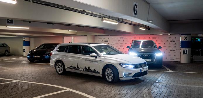 Auto's vinden zelf hun weg in de volledig geautomatiseerde parkeergarage van Volkswagen