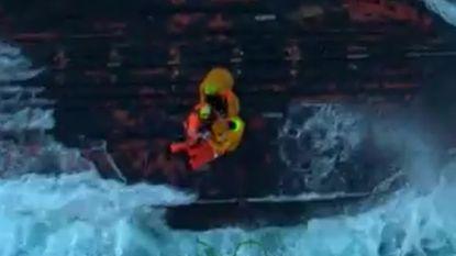 VIDEO. Spectaculaire beelden tonen redding van gekapseisde vissersboot uit Oostende