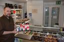 Voor Valentijnsdag maakte Dominique chocoladehartjes die gevuld worden met pralines.