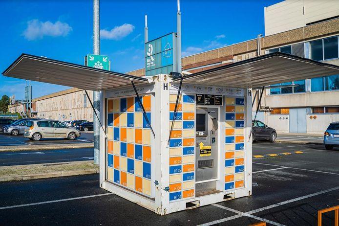 De onbemande kiosk met de lockers staat op de parking van het Ring Shopping