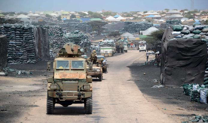 Een militair konvooi rijdt door de straten van Kismayo. (ardchieffoto)
