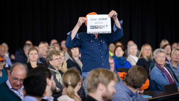 Medewerkers van AkzoNobel laten van zich horen bij de vergadering Beeld Bart Maat/ANP