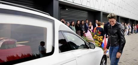 Afscheid: Lara van Ruijven in Thialf voor haar langzaamste en laatste ronde ooit