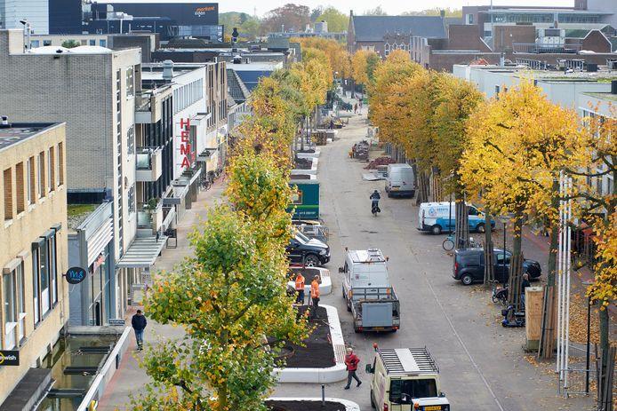 De reconstructie van de Marktstraat, een belangrijke winkelstraat voor het centrum van Uden, is nagenoeg voltooid. Blikvangers zijn de grote bloem- annex zitbakken met de oude lindebomen erin. Volgens planning keurig op tijd klaar voor de verwachte drukte rond de feestdagen.