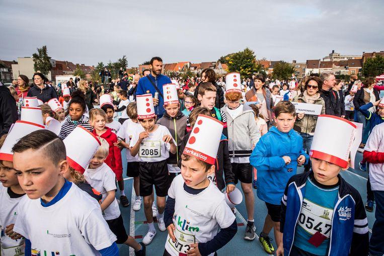 De kinderen stappen door elkaar zodat van een parade weinig sprake is, maar dat kan de pret niet drukken.
