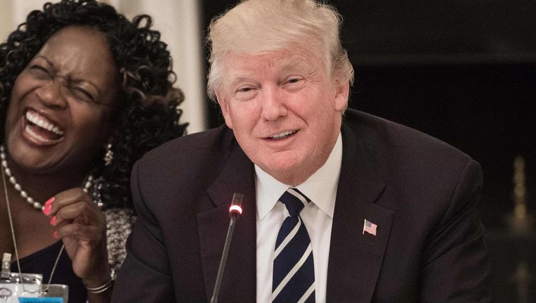 De burgemeester van het Californische stadje Fontana, Acquanetta Warren, lacht om een grapje van Trump tijdens een bijeenkomst in het Witte Huis met lokale en regionale bestuurders. Beeld null