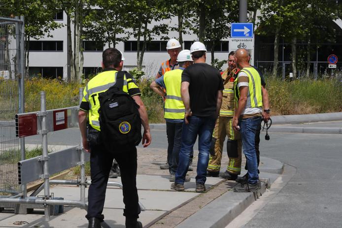 Hulpdientsen overleggen met medewerkers van de bouwplaats.