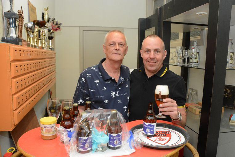 Bestuurslid Patrick Maes en meesterbrouwer Koen De Cock met het gelegenheidsbier dat ook in geschenkverpakking verkocht zal worden.