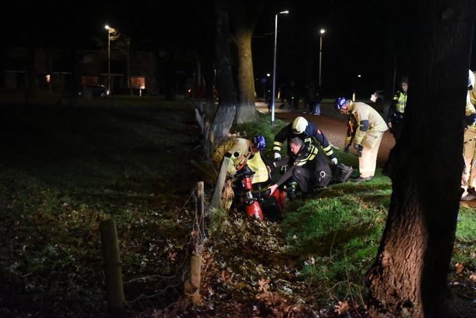De brandweer moest er aan te pas komen om het slachtoffer uit de sloot te halen.