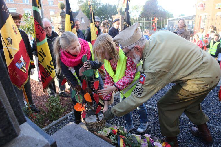 Enkele leerlingen en een lid van KNSB bij de gedenksteen in Waanrode.