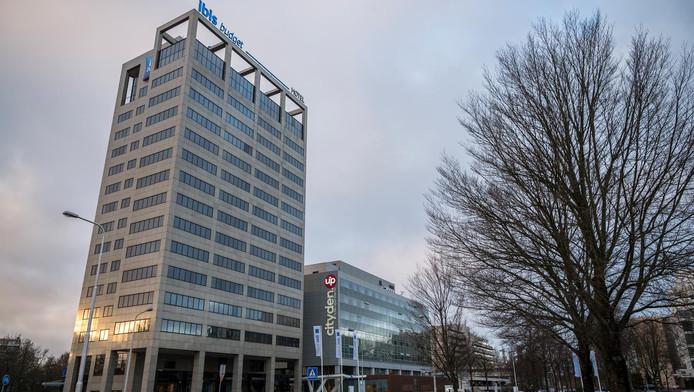 Het nieuwe Ibis Budget (links) met daarnaast shortstayhotel Cityden in de Amstelveense kantorenwijk Kronenburg