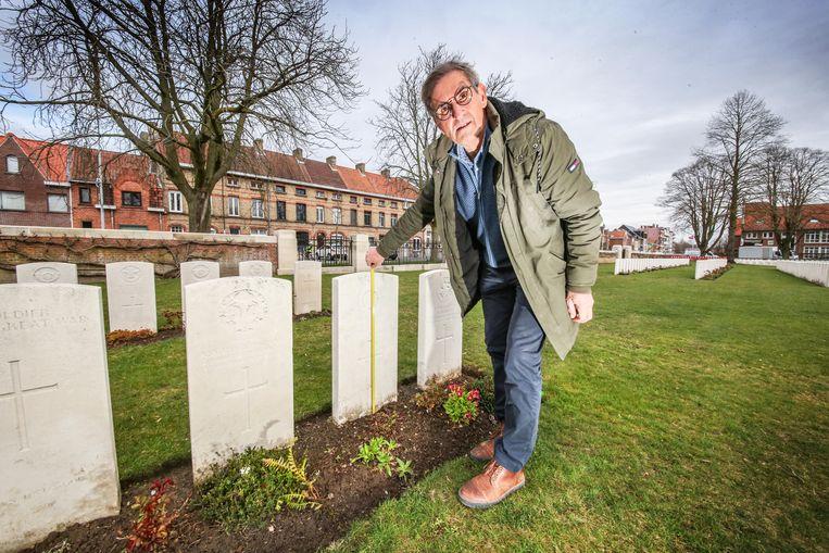 """Jos Victoor is tuinbouwopzichter en onderhoudt de begraafplaatsen van CWGC. """"Het gras moet precies 81,3 centimeter lager liggen dan de top van de grafsteen."""""""