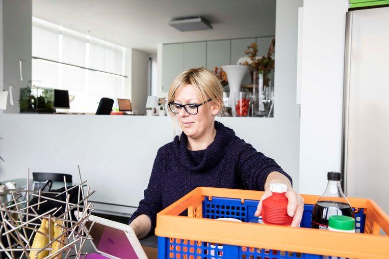 Home-Manager Anne Aerts maakt de inventaris van de voorraadkast op haar I-Pad in Sint-Truiden