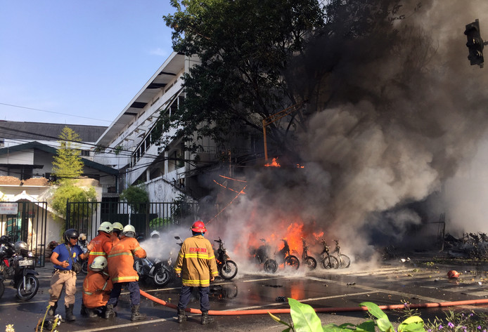 In Indonesië zijn bij aanslagen op drie kerken minstens 11 mensen om het leven gekomen. Zeker 40 mensen raakten gewond, onder wie ook 2 politieagenten.