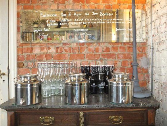 Olie en azijn kunnen naar wens bijgevuld worden met een glazen fles die ter plaatse gehuurd kan worden.