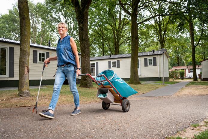 """Ria van Duimen maakt elke dag een rondje over De Wildhorst. ,,Als je op de receptie blijft zitten, weet je niks van het park."""""""