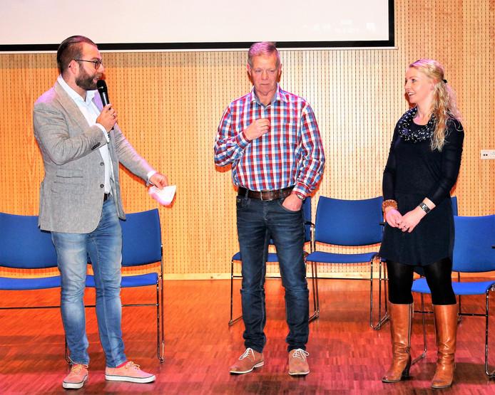 Voorzitter Maikel van Marle (links) presenteert in maart 2017 Heleen Bakker en Henry van Straten als nieuwe bestuursleden van Dedemsvaria.