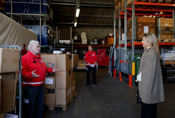 Koningin Máxima bezoekt het Rode Kruis en spreekt met vrijwilligers die beschermingsmiddelen en medische hulpmiddelen verzamelen.