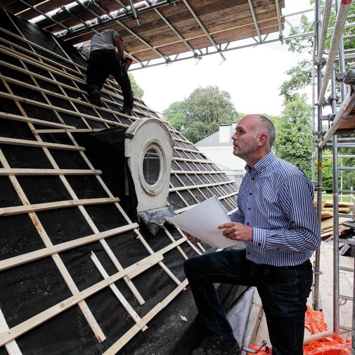 Bouwcoördinator Wessel Zonneveld bekijkt hoe de nieuwe dakspanten van de tuinmanswoning van landgoed Mattemburgh zijn aangebracht. foto Chris van Klinken/Pix4Profs