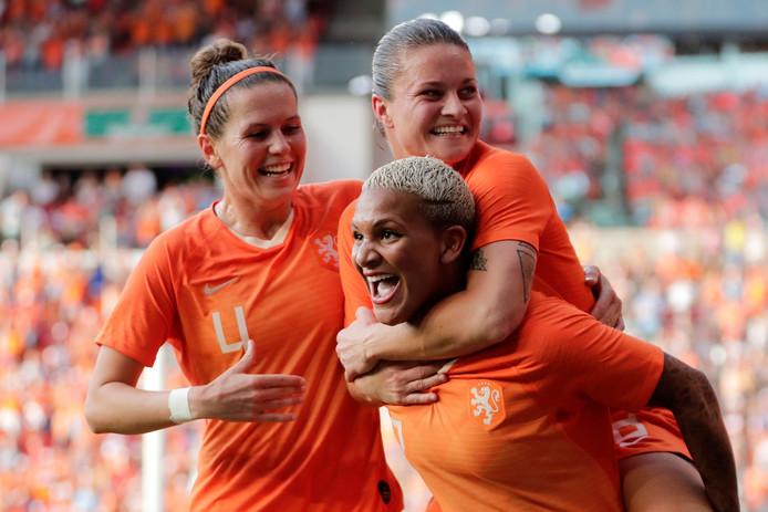 Merel van Dongen juicht met Shanice van de Sanden en Sherida Spitse.