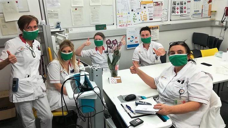 De medewerkers zijn erg blij met de 150 bloemstukken van onlineplatform Tifiori.