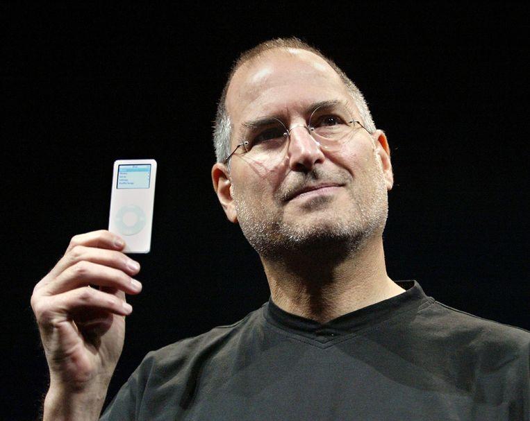 Steve Jobs in 2005 met de iPod Nano. Beeld reuters