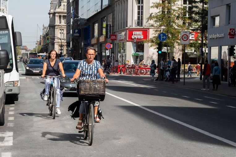 De Quellinstraat is een drukke verkeersas in hartje stad.