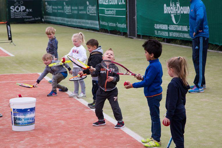 Kinderen krijgen een gratis eerste tennisles, georganiseerd door tennisbond KNLTB. Beeld Hollandse Hoogte / Bert Verhoeff