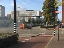 Auto en motor in brand na ongeluk in Tilburg