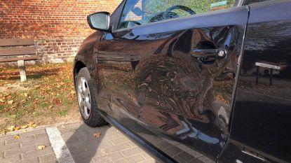 Chauffeurs botsen tegen aan kerkhof geparkeerde wagens en plegen vluchtmisdrijf