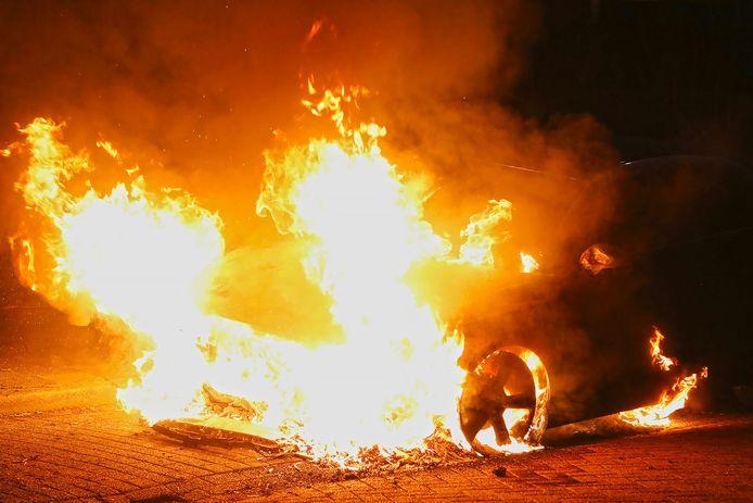Geen einde aan onrust in Oss: alwéér een autobrand, Audi A1 in vlammen op