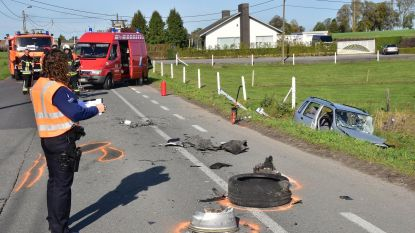 Auto's belanden in weiland na frontale botsing