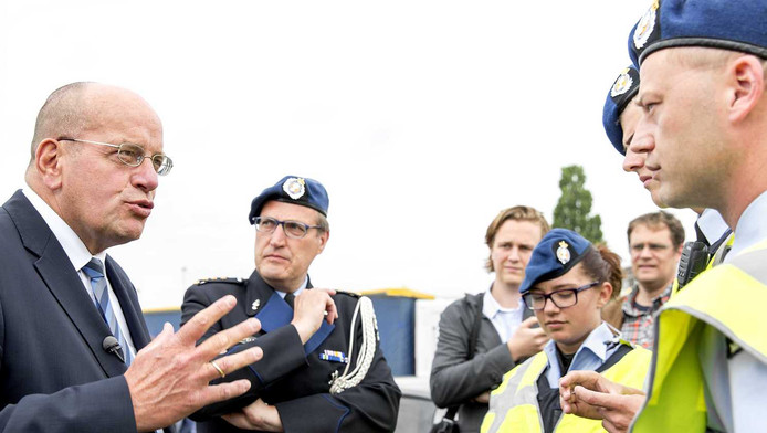 Staatssecretaris Fred Teeven (L) van Veiligheid en Justitie brengt een bezoek aan een grenscontrole van de Koninklijke Marechaussee op rijksweg A16 ter hoogte van parkeerplaats Hazeldonk.