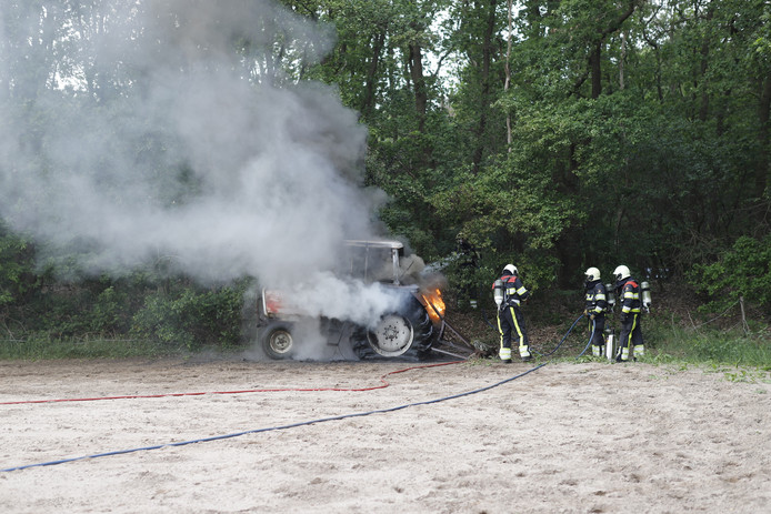 Op de Udensedijk in Mill is een tractor uitgebrand.
