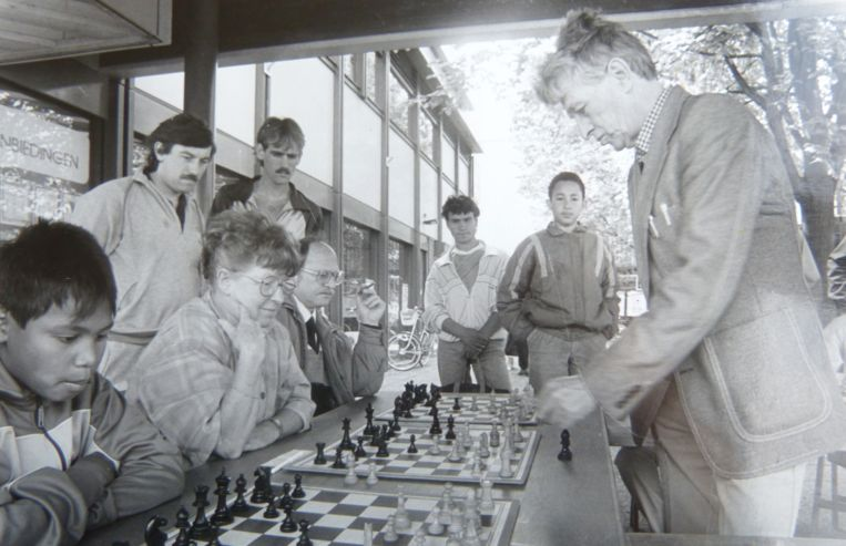 Eveline Eijkmans tijdens een schaakpartij. Beeld Foto uit privéalbum Eveline Eijkmans