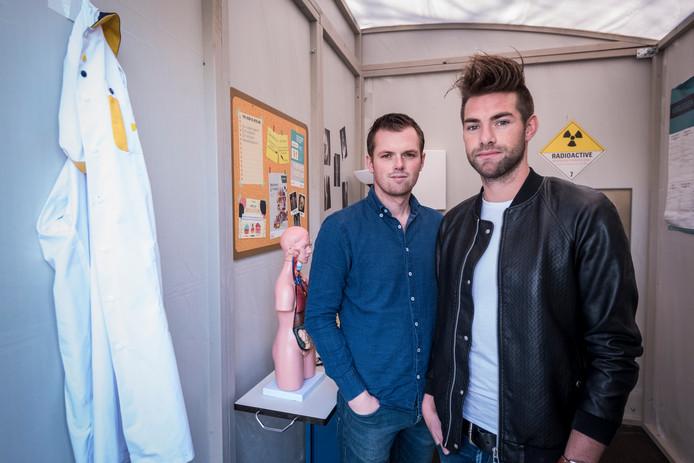 Dirk Delisse (links) en Joris van den Bergh (rechts) van uitjesbazen.nl in een door hen ontwikkelde 'zorgescaproom'