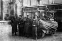 The Royal Welch Fusiliers, foto gemaakt op 4 of 5 oktober 1944, voor toenmalig café Heezemans (nu Sint Petrus). De twee burgers zijn links Ran Naaijkens en daarnaast vermoedelijk Frans Kuijpers (de anti-Duitse zoon van 'de lange Kuijper').