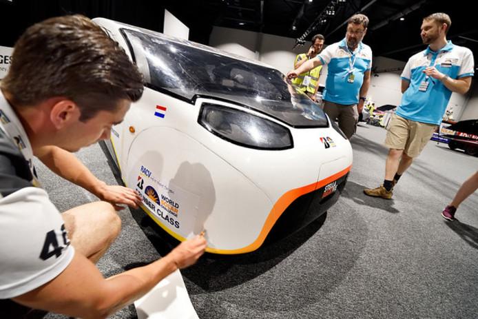 Keuring van Stella Vie, de derde familie zonnewagen van Solar Team Eindhoven.