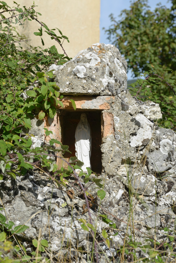Waalwijkse Madonna van Gerard Reve in Franse ruïnemuur.