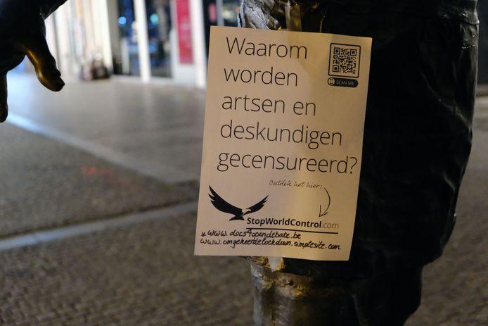 Een stille boodschap op het standbeeld van de bakker in de Diestsestraat.