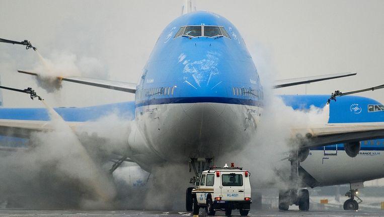 Een toestel van KLM wordt ontdaan van ijs op luchthaven Schiphol, begin dit jaar. Beeld anp
